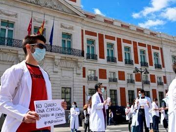 Vista de la concentración convocada por la organización Médicos Unidos por sus Derechos ante la sede del gobierno regional de Madrid