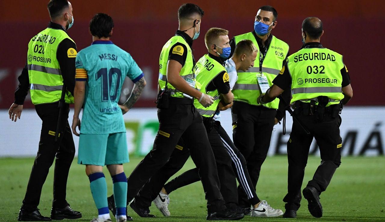 Un espontáneo invade el campo durante el Mallorca - Barcelona