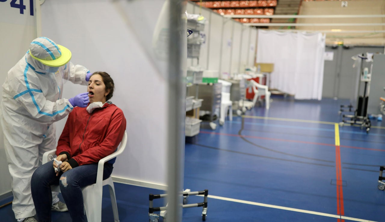 Una mujer se somete a un test de detección del coronavirus en Barcelona