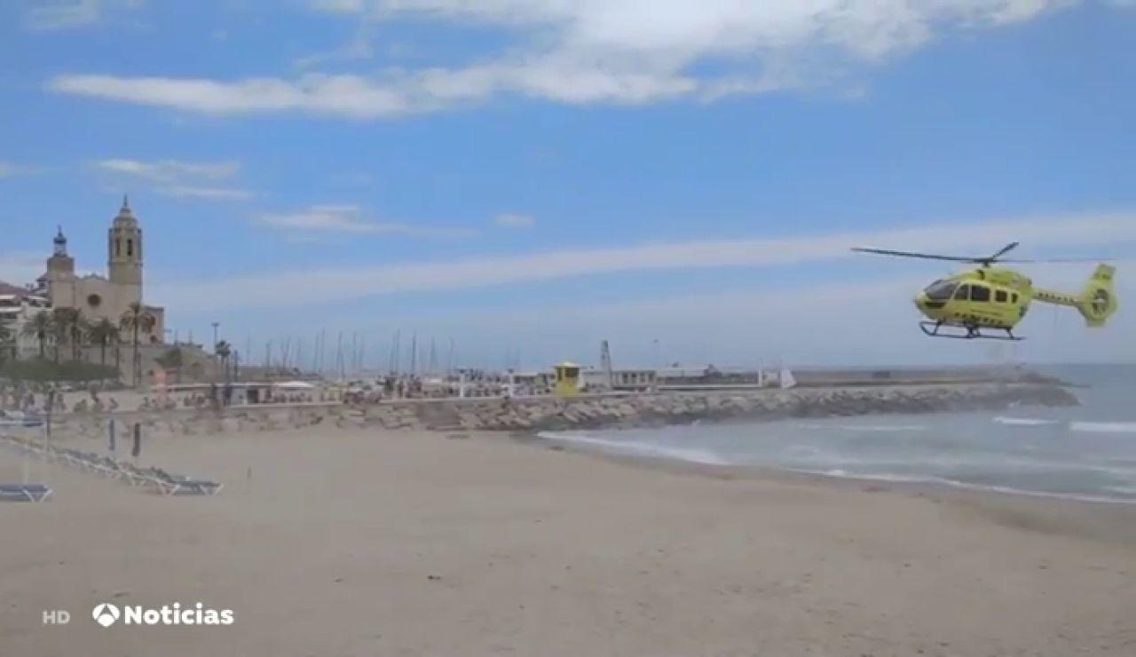 Evacúan en helicóptero a una niña de 12 años ahogada tras ser arrastrada por la corriente en una playa de Sitges