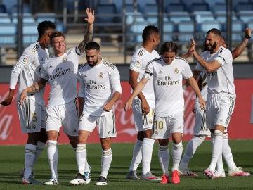 Los jugadores del Real Madrid celebran un gol ante el Eibar
