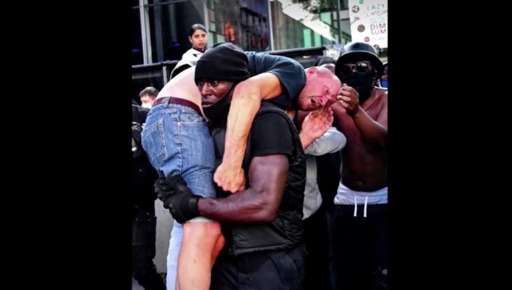 El hombre negro que salvó a un ultraderechista en una manifestación en Londres
