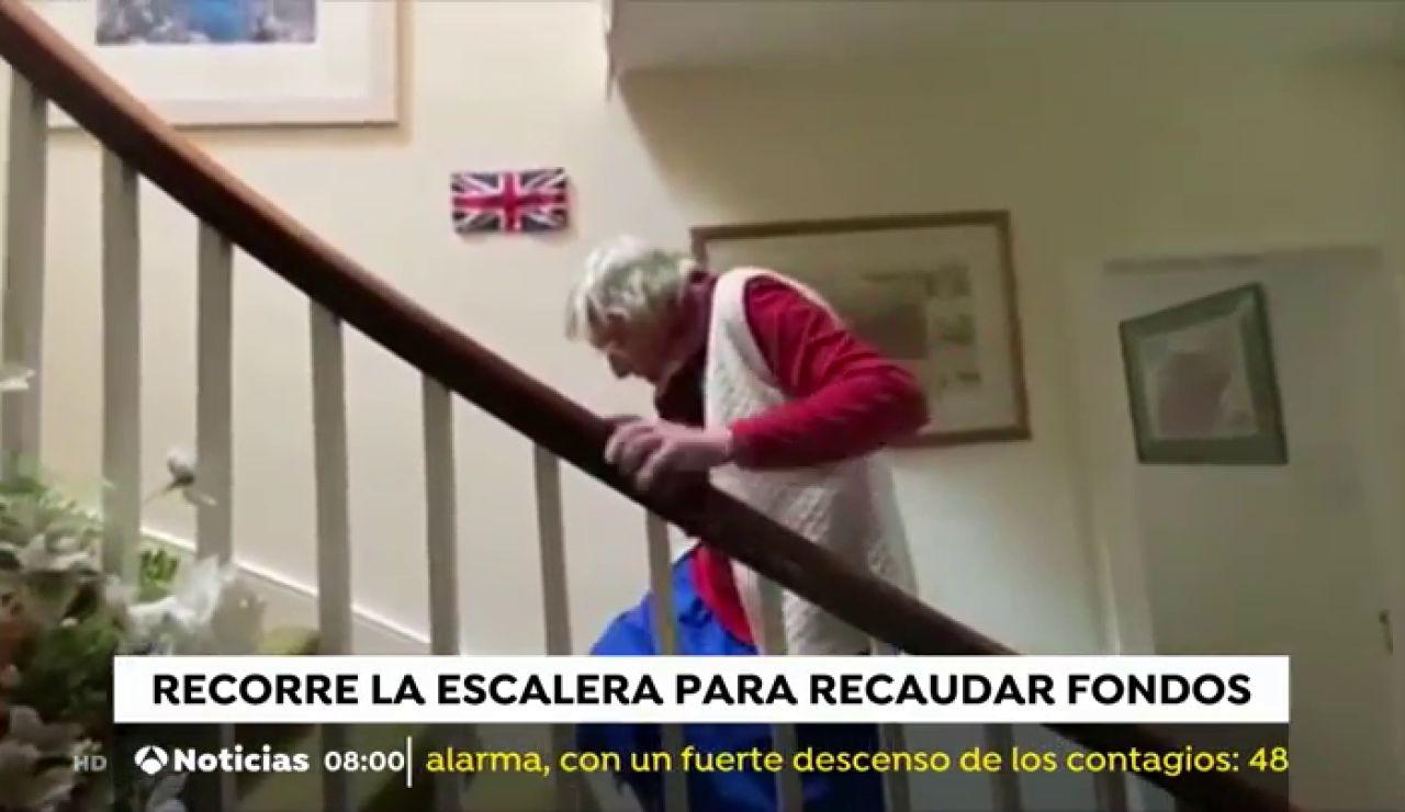 Margaret, la escocesa de 90 años que recuda fondos para el NHS 'escalando' las escaleras de su casa