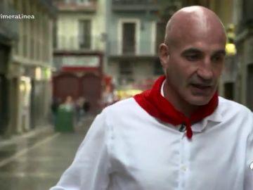 Un corredor de San Fermín pasea con nostalgia la calle Estafeta de Pamplona