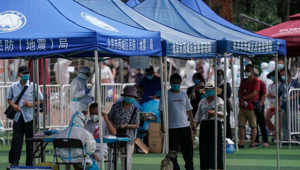 Varias personas hacen cola para hacerse el test de coronavirus en Pekín