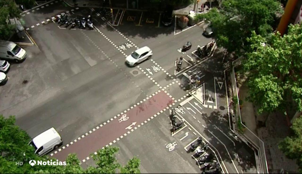 El surrealista cruce de Barcelona con carriles bici, zonas de aparcamiento y pasos de cebra que indigna a sus vecinos