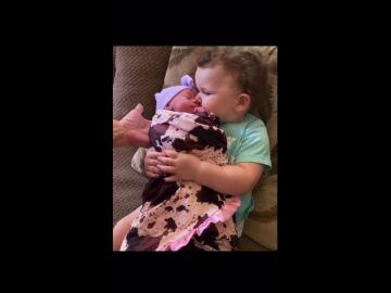 Abrazando a su hermana