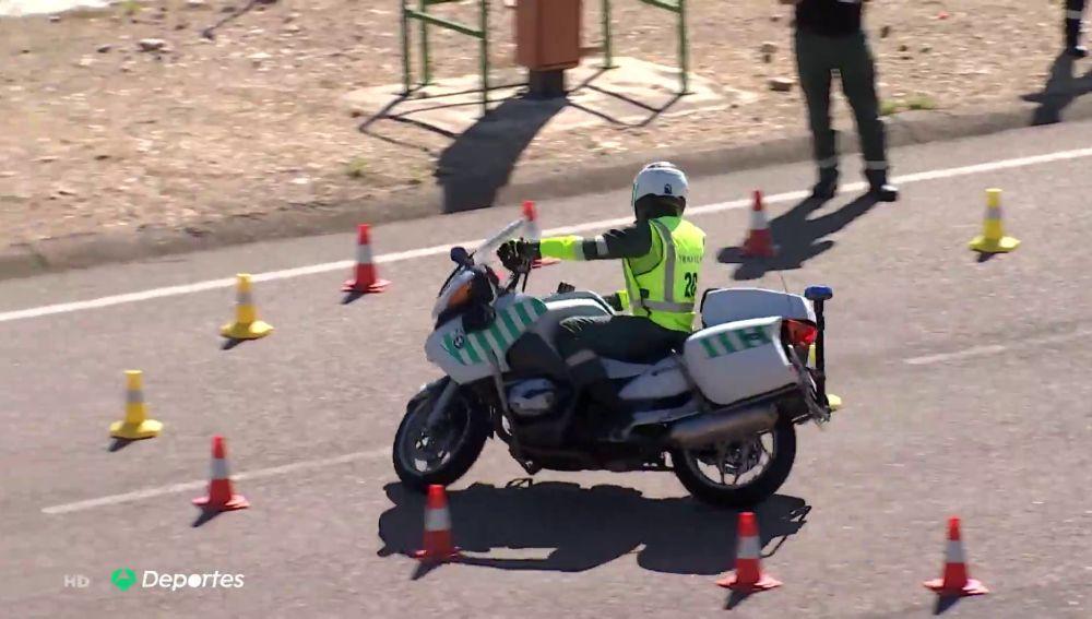 El increíble examen de moto para ser piloto de la Guardia Civil en la Vuelta a España 2020