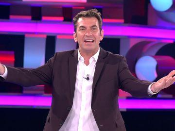 El cariñoso aplauso de Arturo Valls dedicado al público de '¡Ahora caigo!' tanto en el plató como en sus casas