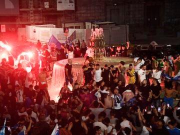 Aficionados del Nápoles en la Plaza Trieste