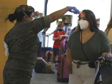 Un positivo por coronavirus de un sargento primero despierta el miedo a un brote en el Ejército