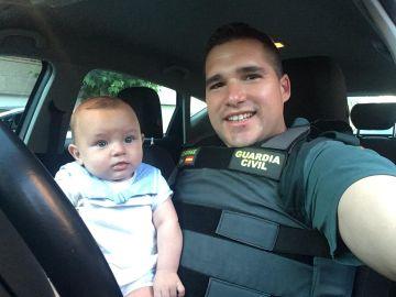 El agente de la guardia civil junto al bebé