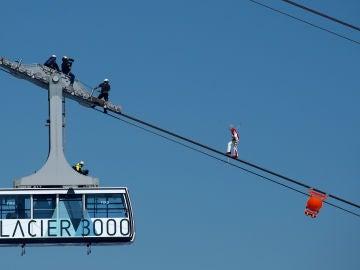 Freddy Nock camina sobre el cable del teleférico Glacier 3000