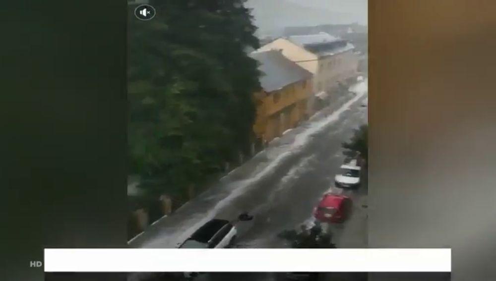 Una impresionante tromba de agua y granizo inunda Vielha, en Lleida, y baja la temperatura 20 grados