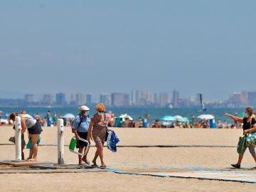 Imagen de personas en la playa en Valencia