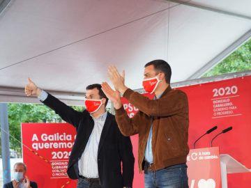 Sánchez, junto a Gonzalo Caballero en un acto de campaña de las elecciones gallegas.