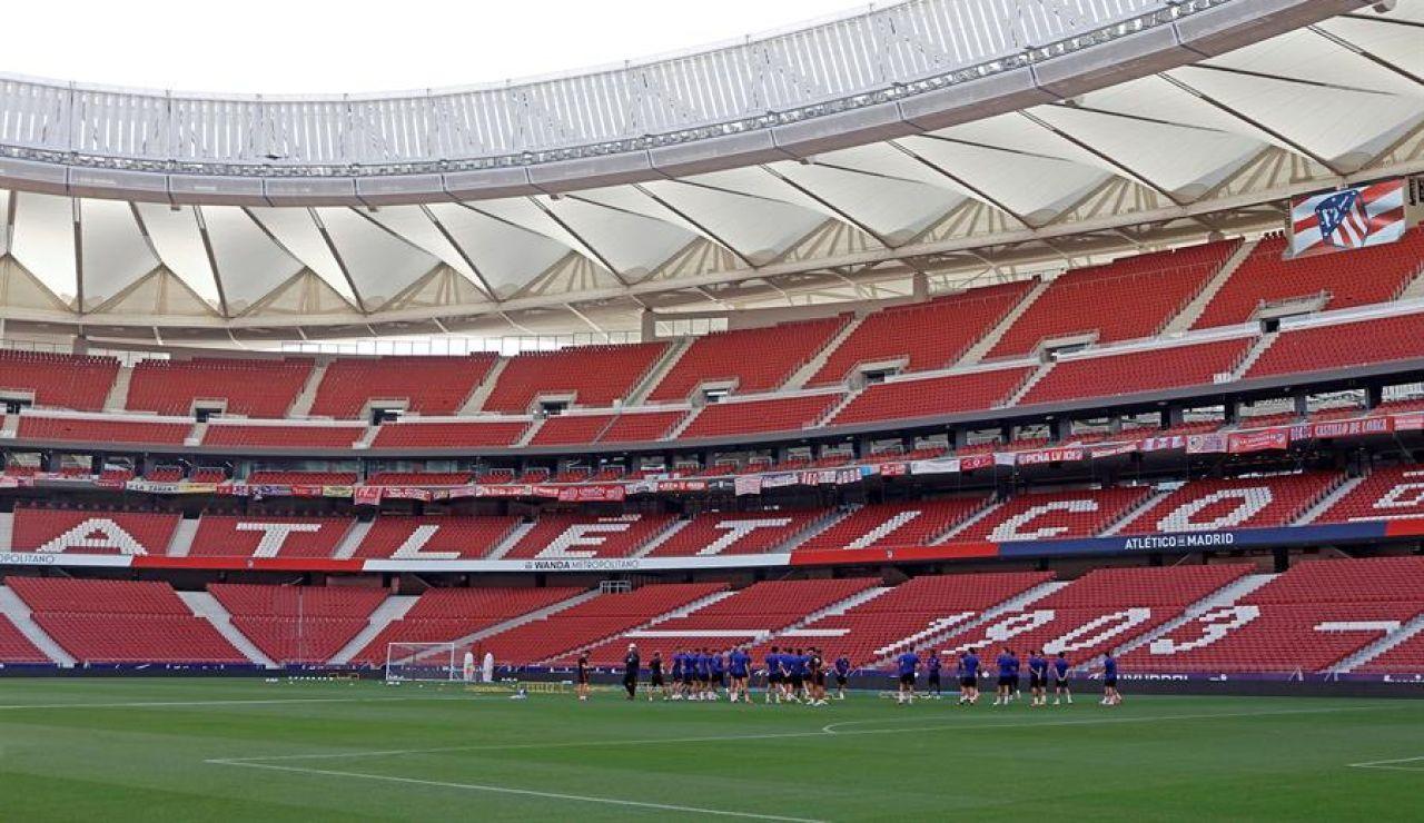 Los jugadores del Atleti se ejercitan en un Wanda Metropolitano vacío.