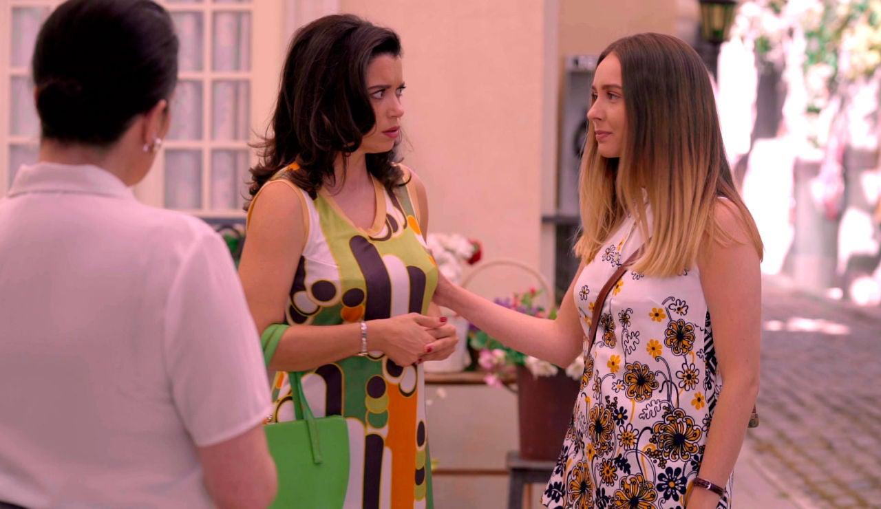 Luisita calla las habladurías besando a Amelia en plena Plaza de los Frutos