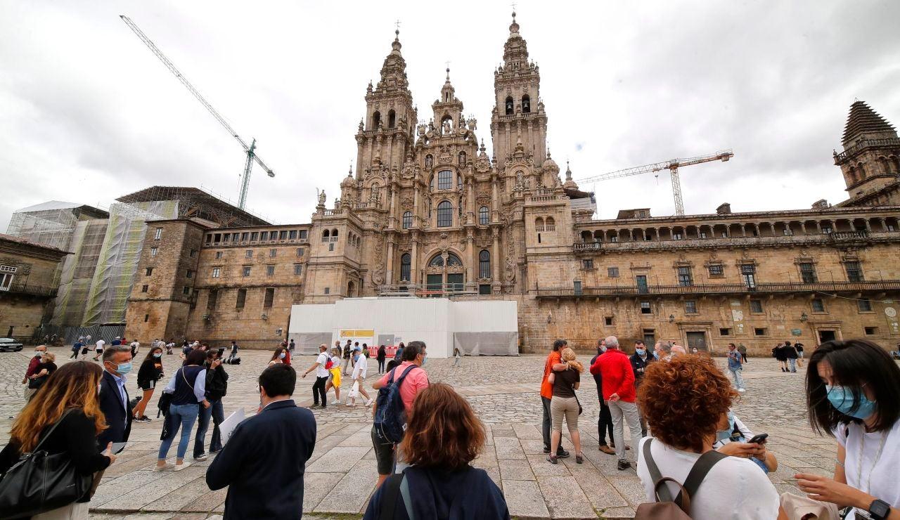La plaza del Obradoiro con varios visitantes y la Catedral de Santiago al fondo