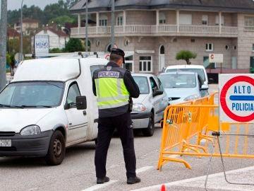 Miembros de la policía vigilan el paso en la frontera con Portugal