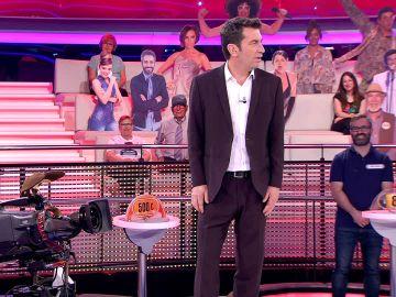 Arturo Valls revela su divertido problema con la Policía por pasear a su 'mascota'