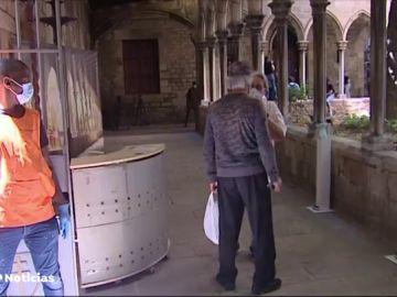 La parroquia de Santa Anna de Barcelona abre un comedor social ante las largas colas para pedir comida