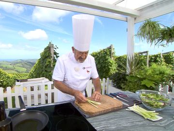 """Karlos Arguiñano te enseña a preparar unos ajos tiernos perfectos: """"esto se come los domingos en el cielo"""""""