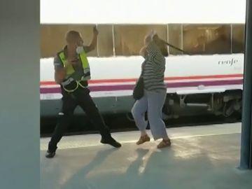 Vídeo: Una mujer agrede con la porra a un guardia de seguridad del tren de Barcelona