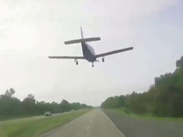 Un conductor graba el impactante aterrizaje de emergencia de una avioneta en plena carretera de Louisiana