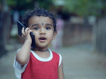 El gesto que usan ahora los niños para fingir que hablan por teléfono