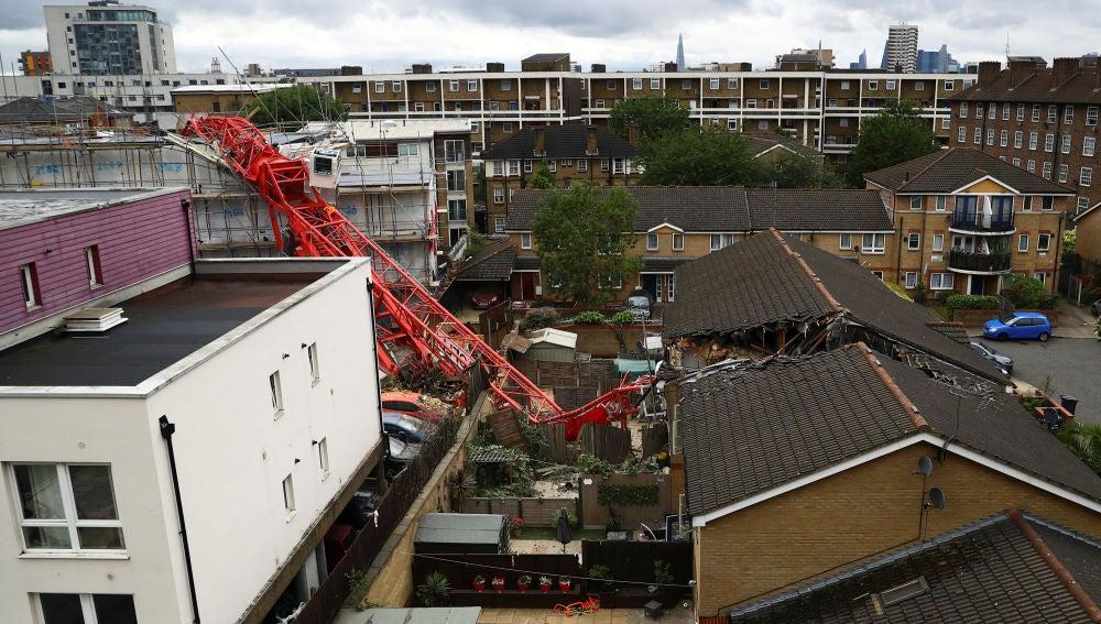 Imagen de la grúa caída sobre dos casas en Londres