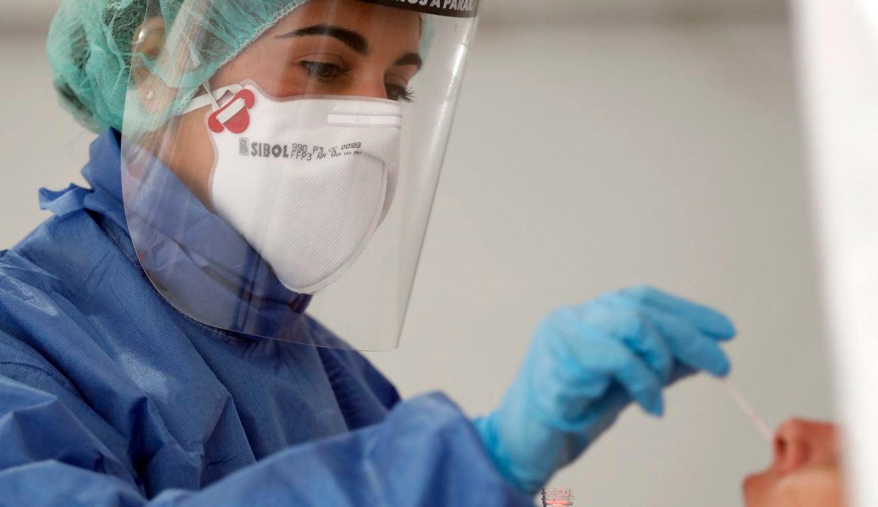 Una enfermera realiza una prueba PCR