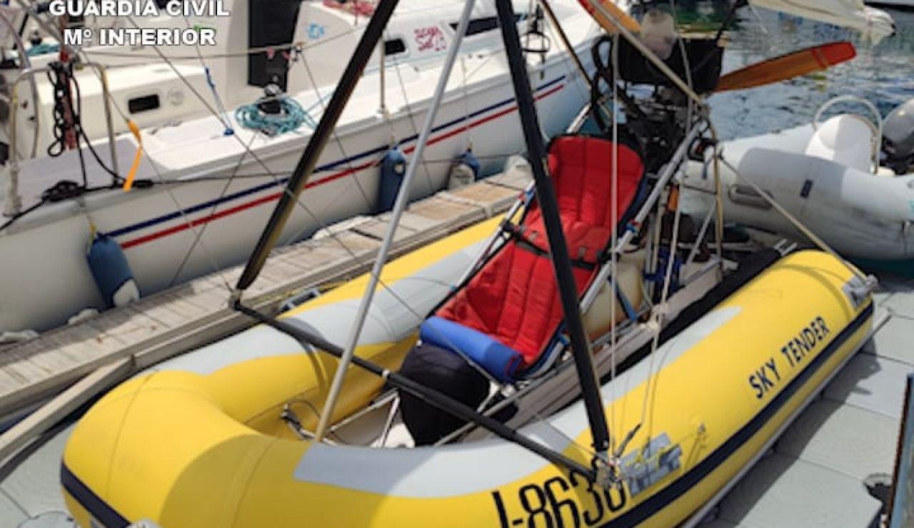 Lancha volante con zodiac unida a una aeronave