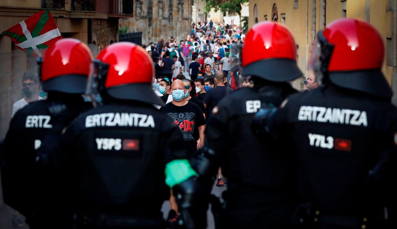 gentes de la Ertzaintza contiene a un grupo de jóvenes en Oñate