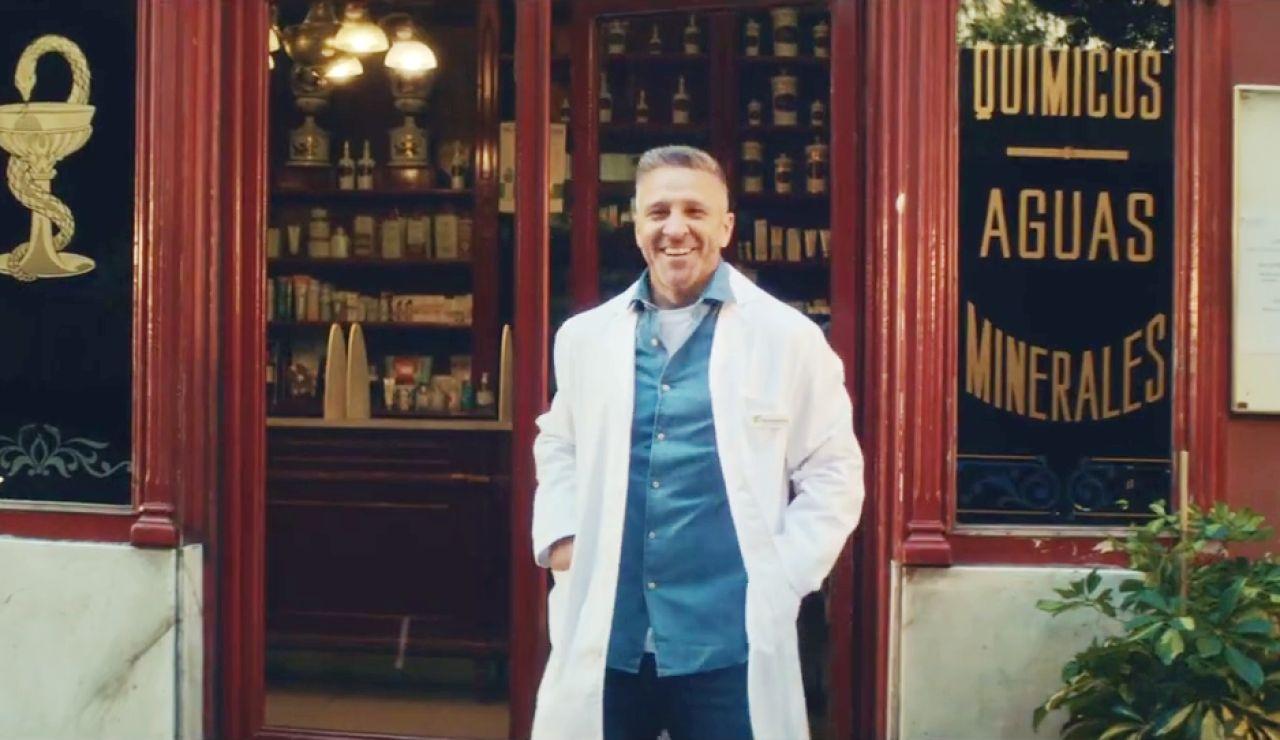 Miguel Ángel Garzón reabre su 'Farmacia de guardia' en homenaje a los farmacéuticos