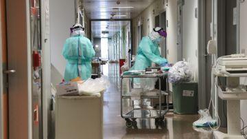 Sanitarios en un hospital en plena pandemia del coronavirus.