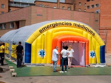 Vista del hospital de campaña montado en el recinto del hospital Arnau de Vilanova de Lleida