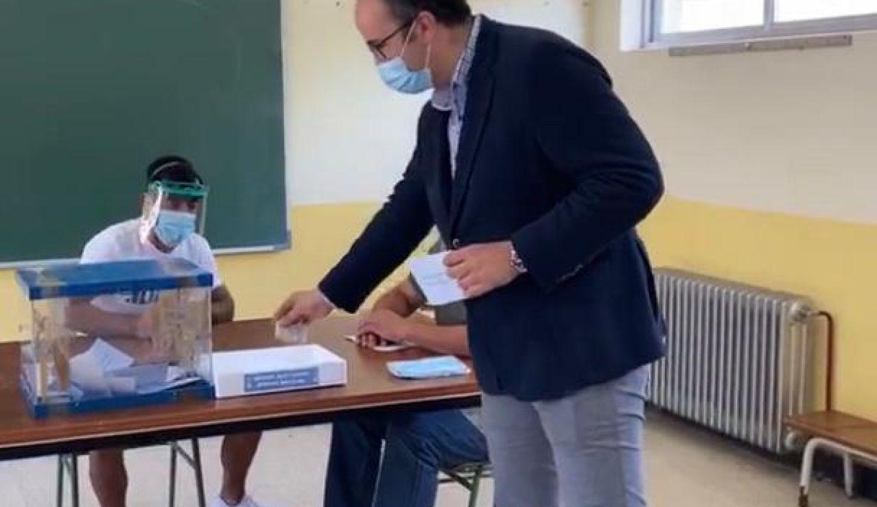 Mascarillas y geles en colegios electorales