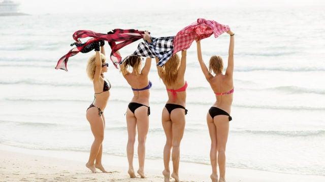 Cuatro mujeres en la playa