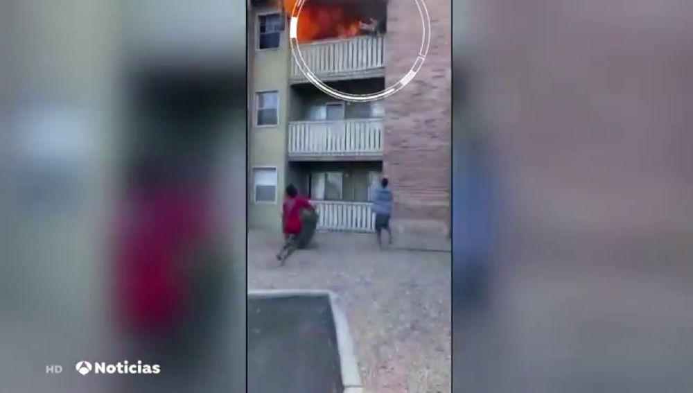 Salva a un niño de caer al suelo en EEUU