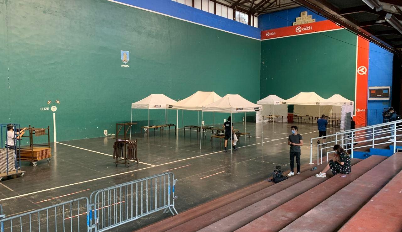 El Ayuntamiento de Ordizia ha comenzado esta mañana a preparar el montaje de los colegios electorales para las elecciones autonómicas vascas