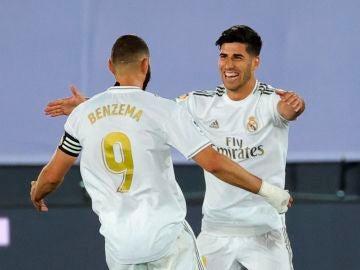 Asensio y Benzema celebran un gol ante el Alavés