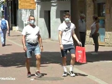 Los 'vigilantes' de mascarillas, la nueva figura que informa a los clientes sobre su uso correcto ante el coronavirus