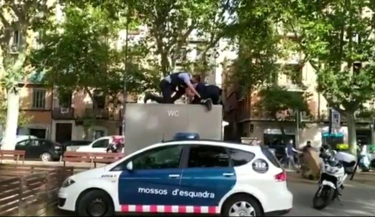 Un hombre se queda atrapado en un baño público de Barcelona y los mossos le rescatan tras dos horas encerrado