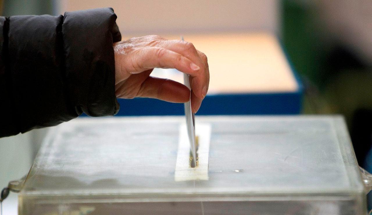 Imagen de archivo de una persona depositando su voto en una urna