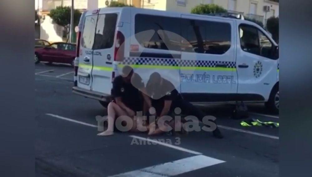 Una mujer se pone a bailar en bikini tras tener un accidente en Lepe y tras un forcejeo con la policía termina detenida