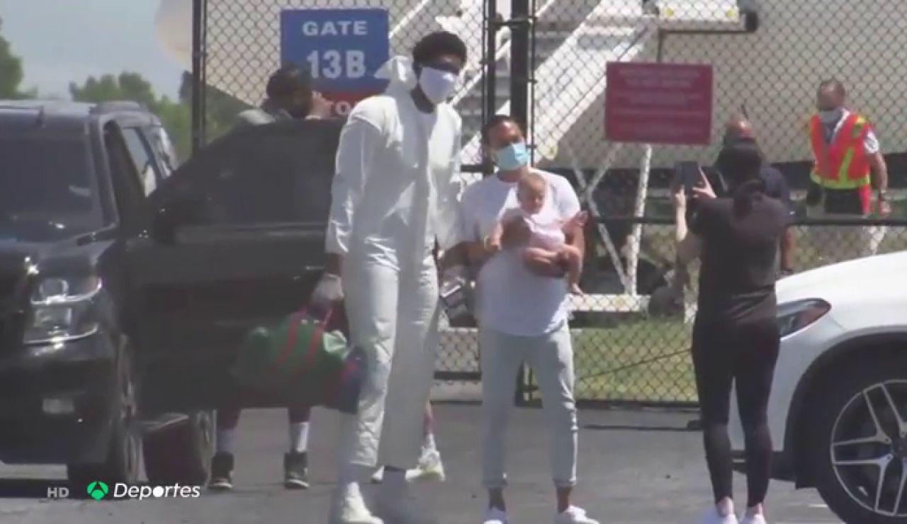 El espectacular traje 'anticoronavirus' de la estrella de la NBA Joel Embiid