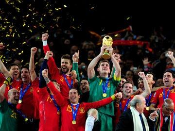 Iker Casillas levanta la copa de campeones del mundo en Sudáfrica