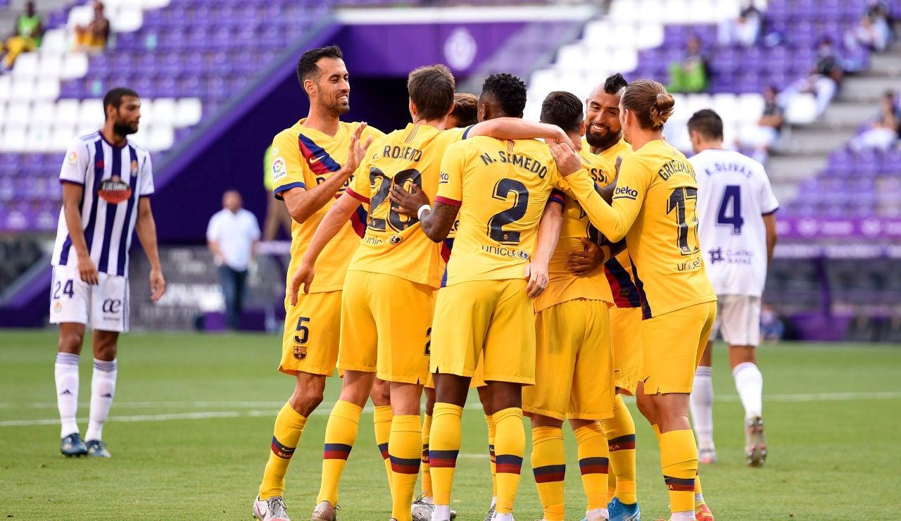 Los jugadores del Barcelona se abrazan tras un gol al Valladolid