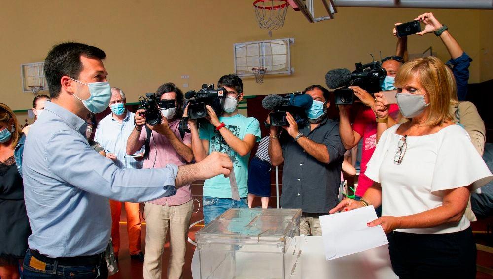 Gonzalo Caballero ejerciendo su derecho al voto en Vigo
